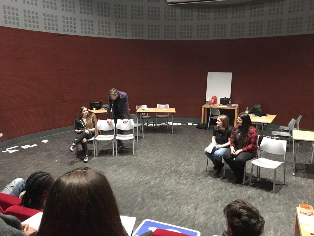 Les autrices bénéficient des conseils d'Alessandro lors de l'atelier où il montre comment écrire un script